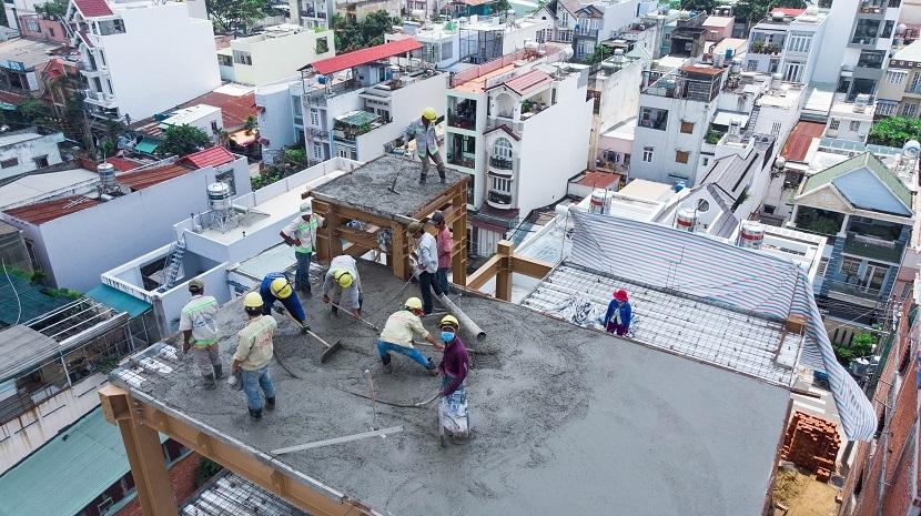 Phần sân thượng của văn phòng đang được tiến hành đổ bê tông.