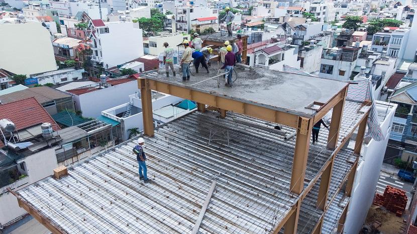 Luôn có giám sát đồng hành cùng các anh công nhân để đảm bảo đúng quy trình, và an toàn khi thi công.
